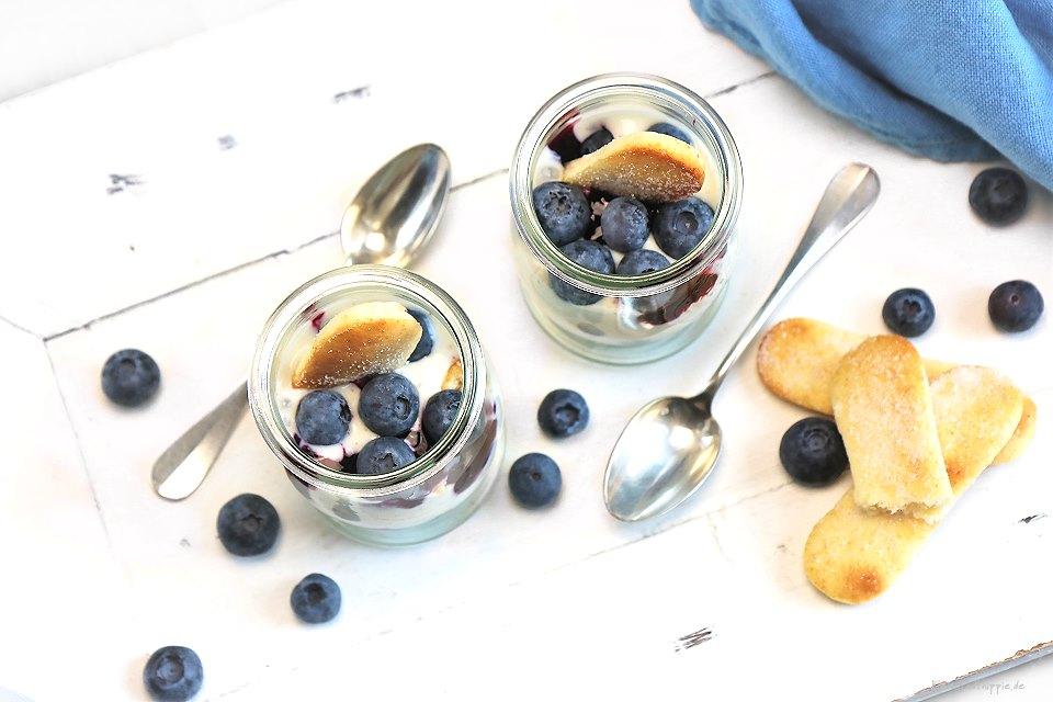 Leichtes Heidelbeer-Joghurt-Dessert mit veganen Löffelbiskuits