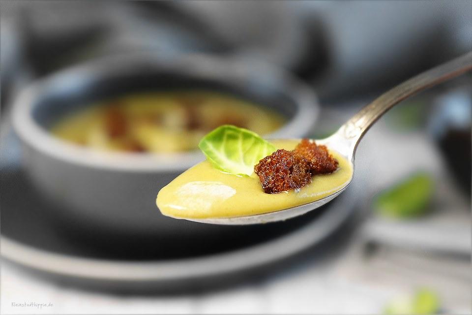 Suppe aus Rosenkohl und Kartoffeln mit knusprigen Vollkorncroutons