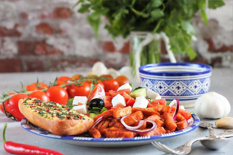 Griechischer Bauernsalat mit Knoblauchbrot, Gyros und Tsatsiki