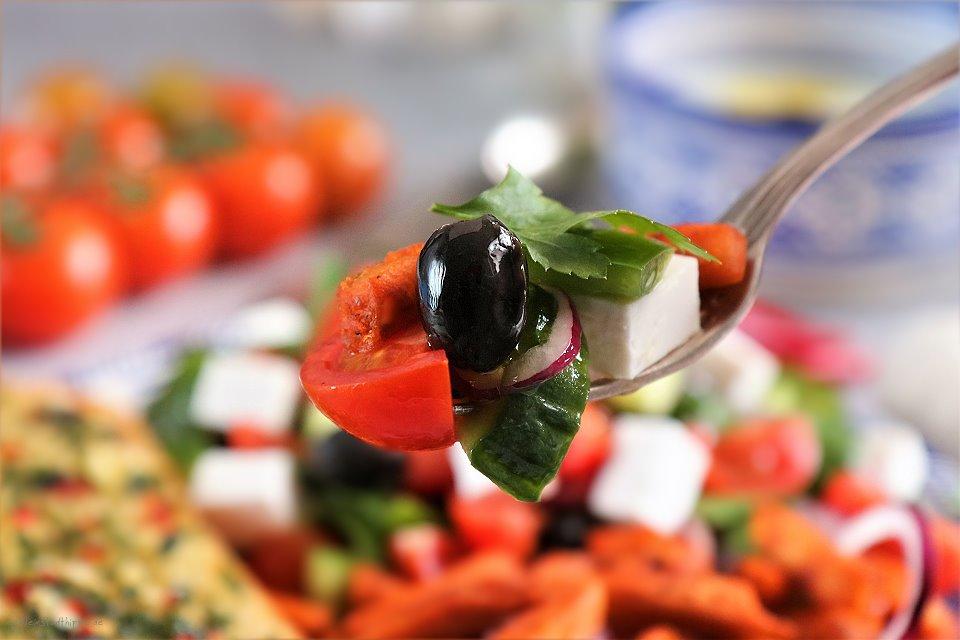 Griechischer Salat mit Knoblauchbrot, Gyros und Tsatsiki