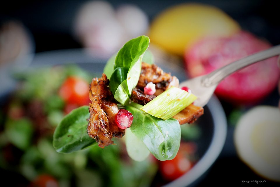 Feldsalat mit grünem gebratenem Spargel und Granatapfel