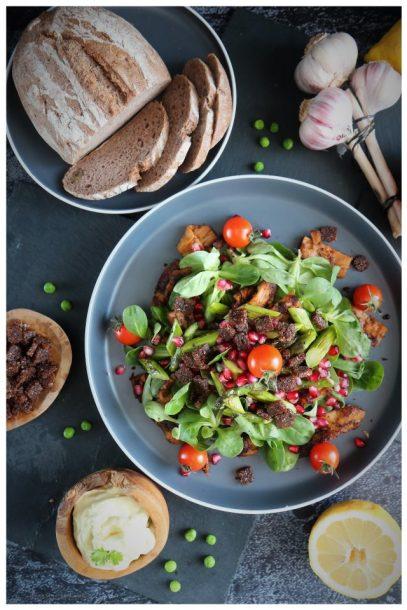Feldsalat mit Fleischalternative Kebab Art und grünem Spargel