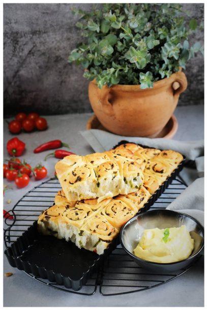 Bärlauchschnecken zu grünem Spargel und Cherrytomaten aus dem Backofen, dazu vegane Mayonnaise. Alle Rezepte mit Albaöl mit Buttergeschmack.