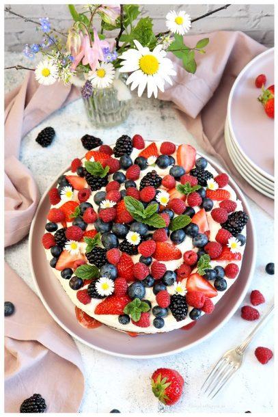 Mascarponetorte mit Erdbeeren, Himbeeren, Blaubeeren, Brombeeren - Rezept für vegane Torte