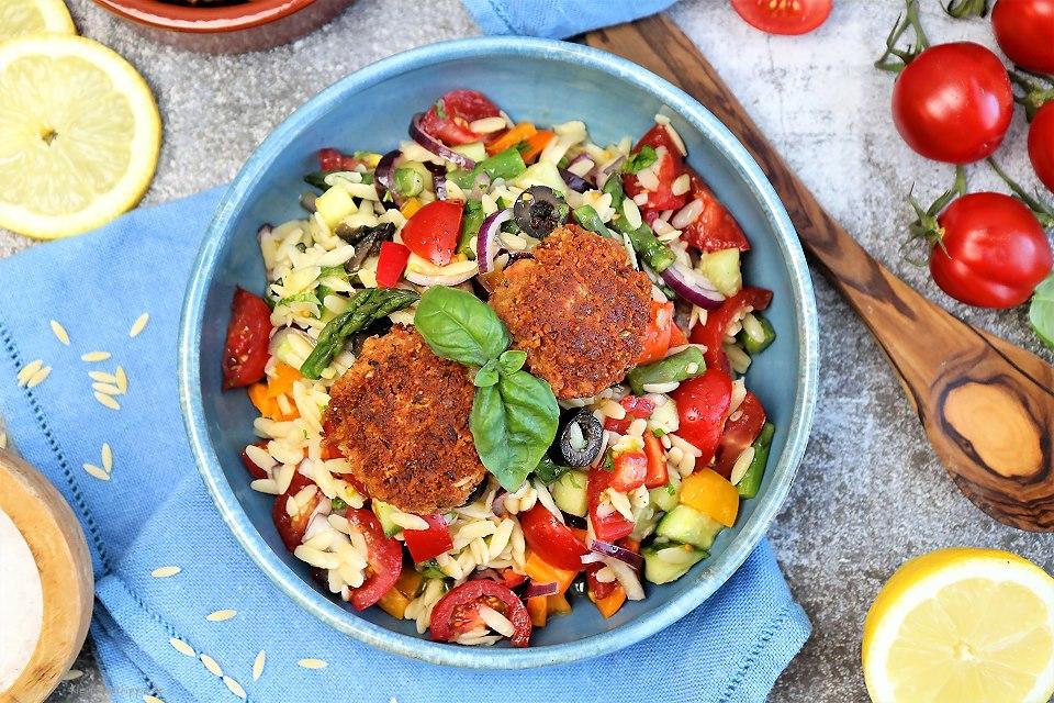 Orzosalat mit kleinen veganen Hackpflanzerl - Rezept zum veganen Grillen