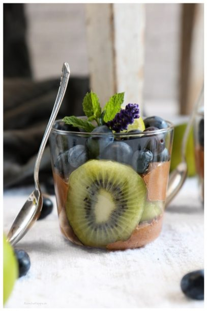 Dessert aus Avocado und Banane mit Heidelbeeren und Kiwi vegan